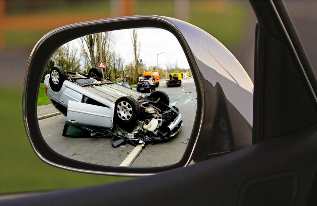 MPU Vorbereitung - Auto auf dem Dach mit Spiegel