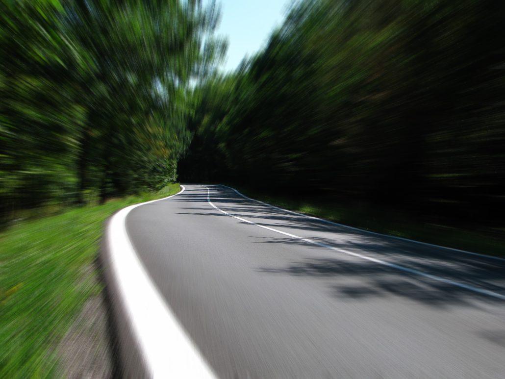 unscharfes Bild von kurviger Straße